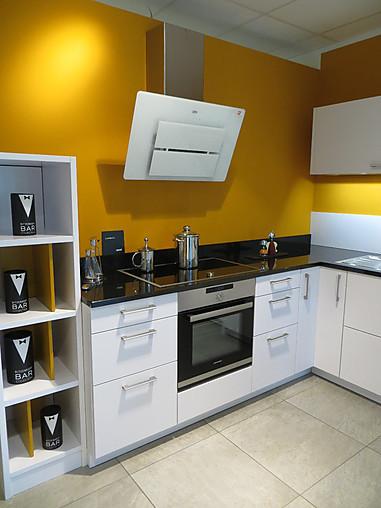 leicht musterk che elegante wei e mattlack k che mit schwarzer granit arbeitsplatte. Black Bedroom Furniture Sets. Home Design Ideas