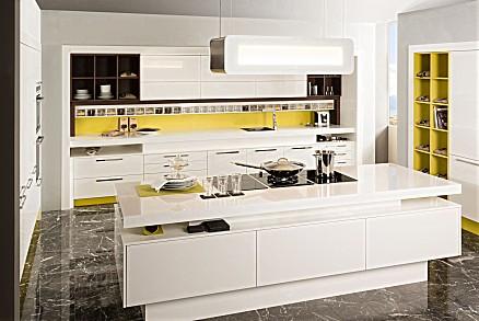 Moderne Inselküche in Weiß