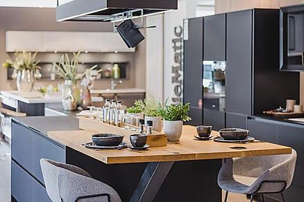 Moderne schwarze grifflose Küche, Ausstellung
