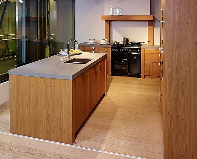 sch ller musterk che moderne insell sung in rustikal s dlichem stil ausstellungsk che in. Black Bedroom Furniture Sets. Home Design Ideas