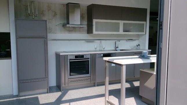 Häcker-Musterküche Kompakte Küchenzeile in basaltgrau mit Theke ...