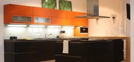 Moderne Küche in orange und schwarz, Hochglanzlack