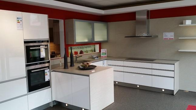 Nobilia küchen weiss hochglanz u form  Nobilia-Musterküche Moderne Hochglanzküche, Echtlack Weiß, F-Form ...