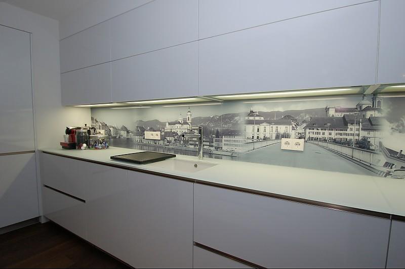 arbeitsplatte aus glas mit individuell bedruckten glas r ckwandverkleidungen k che von familie. Black Bedroom Furniture Sets. Home Design Ideas