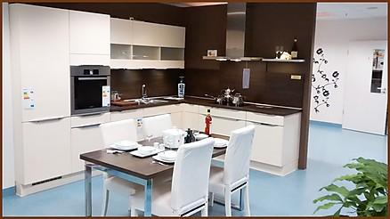 Weiße L-Küche von Devin Küchen & Hausgeräte