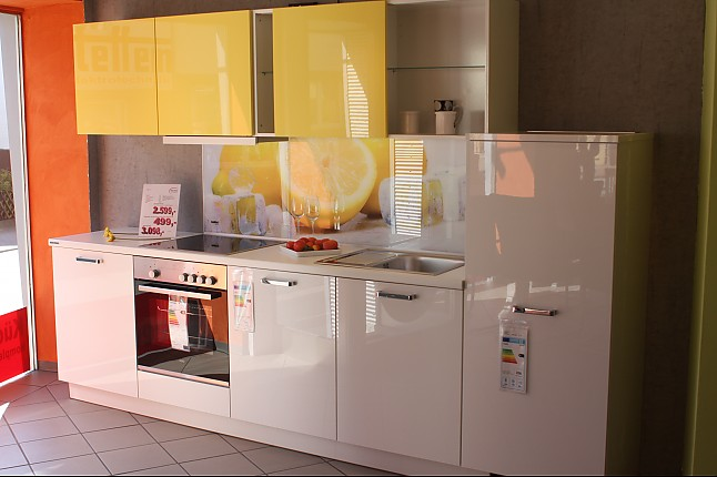 Nolte-Musterküche Moderne Küche mit Glasnischenrückwand ...