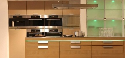 Küche in Cappucino hochglanz mit Kücheninsel in Holz kombiniert
