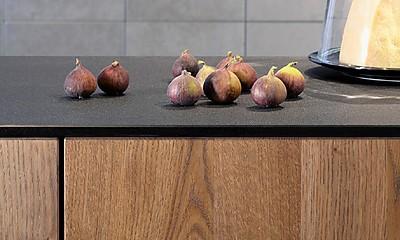 Küchenfront aus massivem Dreischicht Alteichen-Holz gefertigt