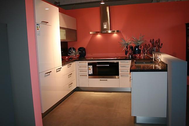 global k chen musterk che moderne u k che in wei mit naturstein arbeitsplatte. Black Bedroom Furniture Sets. Home Design Ideas