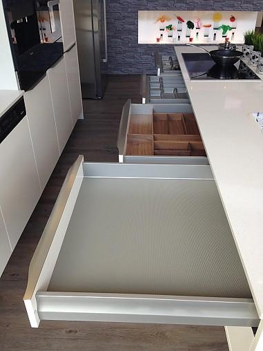 h cker musterk che moderne k che zeitlose farben design griffe ausstellungsk che in hamburg. Black Bedroom Furniture Sets. Home Design Ideas
