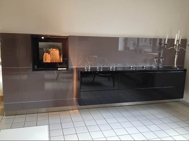 bulthaup musterk che brillantlack schwarz auf aubergine ausstellungsk che in von. Black Bedroom Furniture Sets. Home Design Ideas