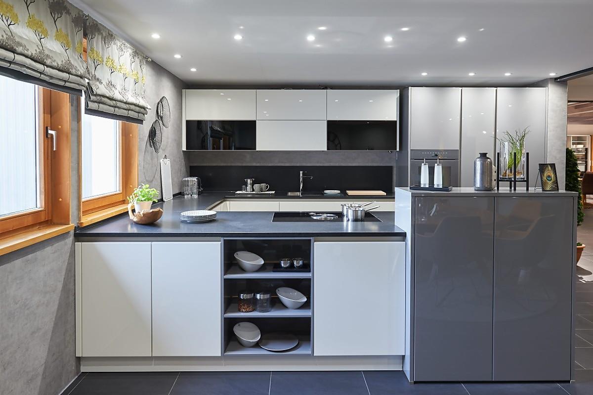 moderne zweifarbige u-küche in grau / weiß hochglanz