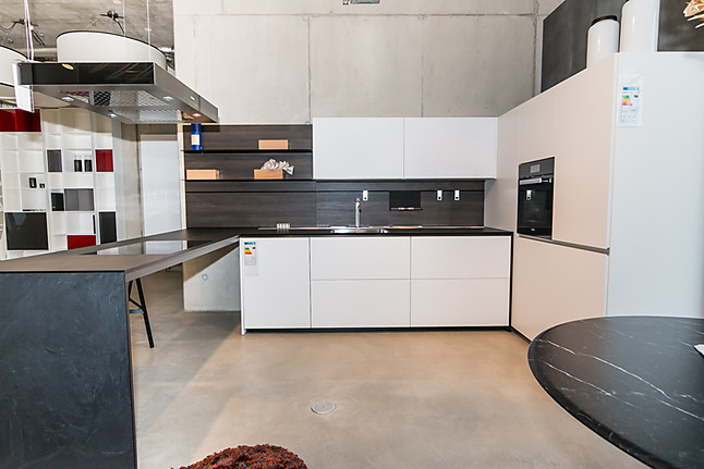 valcucine musterk che italienische technikaffine schlicht moderne k che mit abgeschr gten. Black Bedroom Furniture Sets. Home Design Ideas