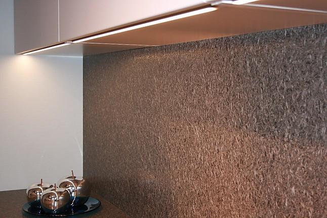 schüller-musterküche große, moderne küche in sandgrau-satin mit