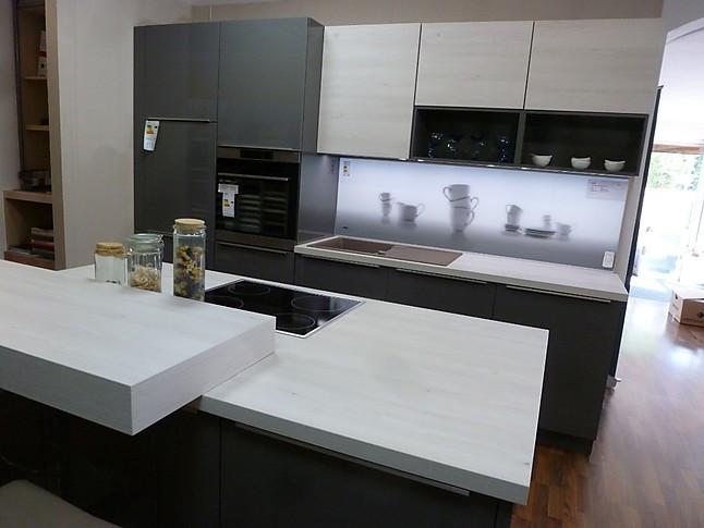 nolte musterk che nolte k chenzeile mit koch insel und thekenplatte in quarzgrau hochglanz u. Black Bedroom Furniture Sets. Home Design Ideas