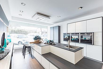 Moderne weiße Küche, Ausstellung