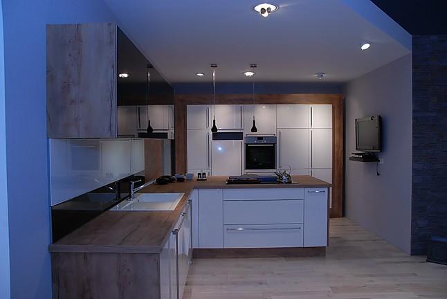 nolte musterk che moderne l k che mit insel in wei hochglanz ausstellungsk che in simmern von. Black Bedroom Furniture Sets. Home Design Ideas