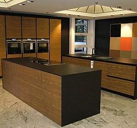 eggersmann musterk che moderne k che mit kochinsel ausstellungsk che in augsburg von hirzbauer. Black Bedroom Furniture Sets. Home Design Ideas