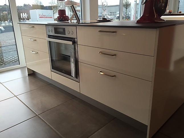 Linea Musterküche Moderne Linea Küche in Weiss Hochglanz mit exklusiven Quarz Arbeitsplatten