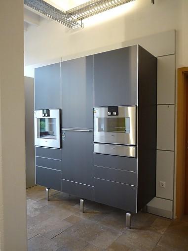 bulthaup musterk che k che mit insel und hochschrankzeile kaolin alu ausstellungsk che in. Black Bedroom Furniture Sets. Home Design Ideas