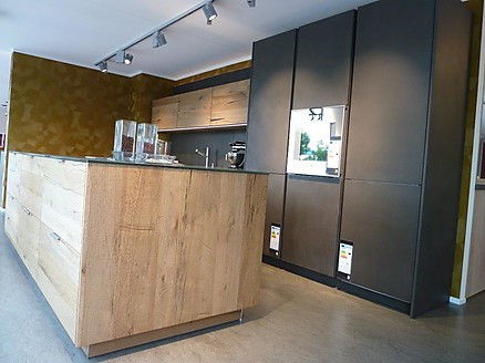 Eggersmann Ausstellungsküche mit Betonfronten und Altholzfurnier