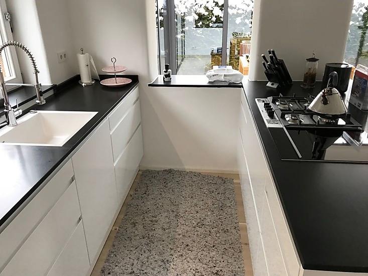 Küche Mit Side By Side Kühlschrank Integriert : Schüller küche grifflos küche von bloss aus schäftlarn