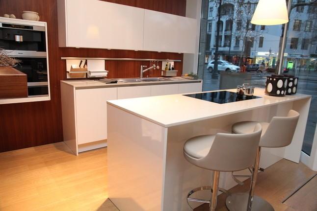 siematic musterk che hochgl nzende fronten mit caesarstonearbeitsplatte moderne griffmulde. Black Bedroom Furniture Sets. Home Design Ideas