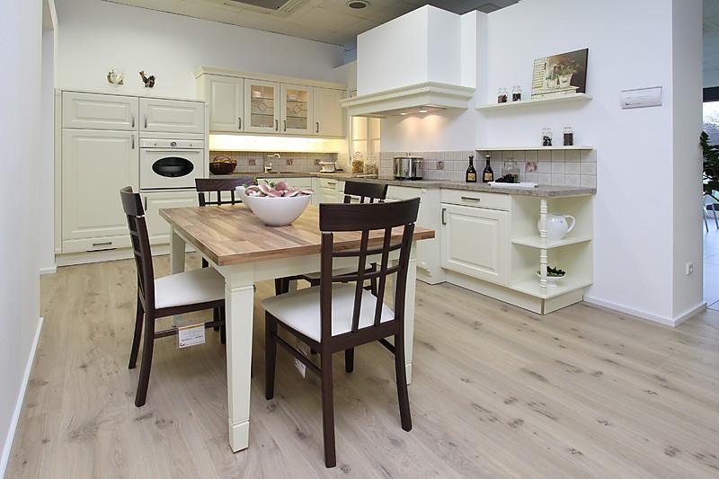 h cker musterk che ausstellungsk che k che im landhaus stil mit kaminhaube ausstellungsk che. Black Bedroom Furniture Sets. Home Design Ideas