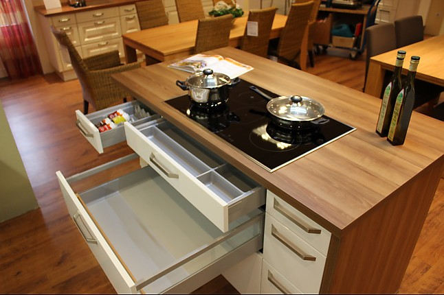 Kücheninsel Lack ~ schüller musterküche l form mit kücheninsel lack kristallweiß hochglanz walnuss congac nb