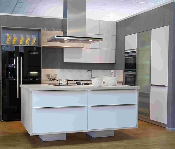 bauformat-Musterküche Moderne Küche mit Kochinsel in weiß seidenmatt ...