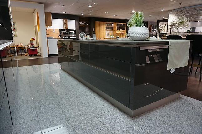 next125-musterküche premium-küche glasfront lavaschwarz