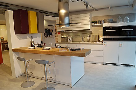 Moderne grifflose küche mit theke von möbel hensel