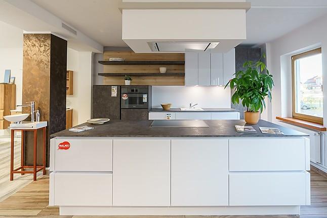 ALNO-Musterküche weiße, grifflose Hochglanz Küche mit Ferro ...