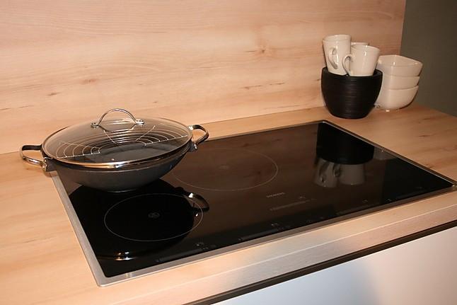 sch ller musterk che zeitlos moderne k che wei satin. Black Bedroom Furniture Sets. Home Design Ideas