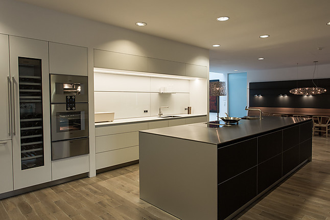 Küchenzeile mit Nischerückwand und Paneele