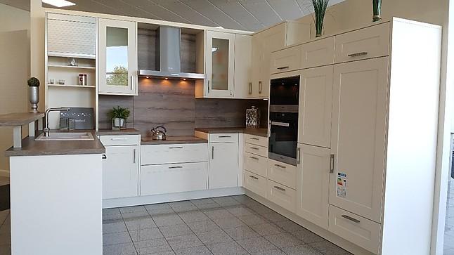 Rotpunkt Musterküche gemütliche Landhaus Küche mit Theke