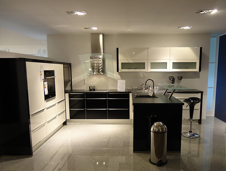 nobilia musterk che lack wei hochglanz in kombination mit schwarz ausstellungsk che in olching. Black Bedroom Furniture Sets. Home Design Ideas