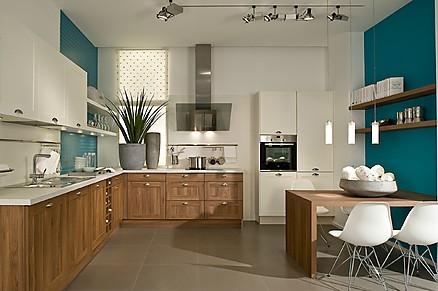 Küche mit Nussbaumfronten