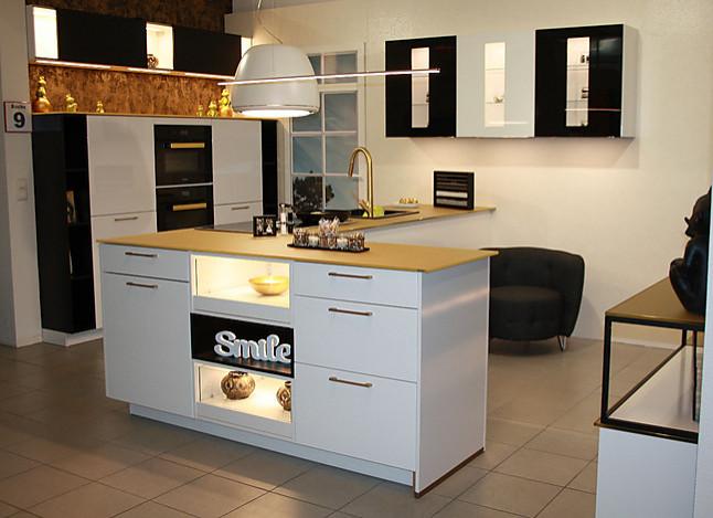 nobilia musterk che k che 9 hochglanz wei mit schwarz und gold ausstellungsk che in weissach. Black Bedroom Furniture Sets. Home Design Ideas