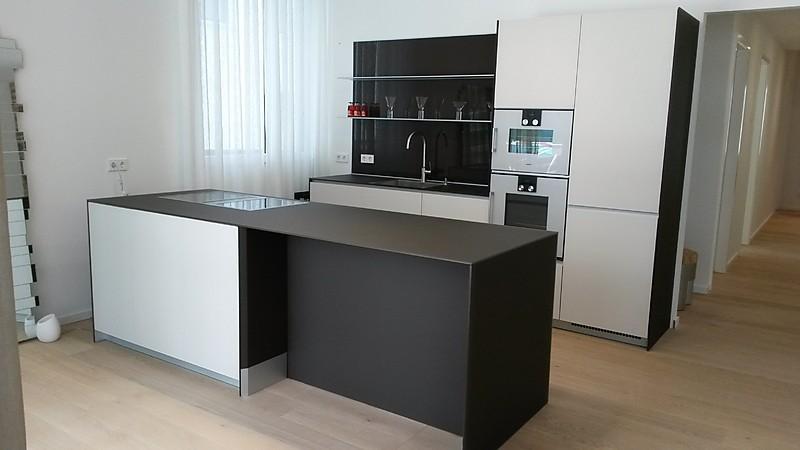 valcucine musterk che valcucine moderne glas k che mit kochinsel ausstellungsk che in frankfurt. Black Bedroom Furniture Sets. Home Design Ideas