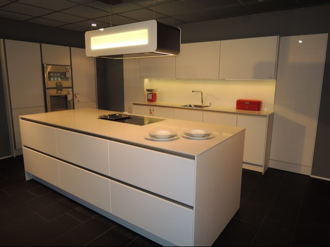 SieMatic-Musterküche Designküche in weiß S2LM: Ausstellungsküche ...