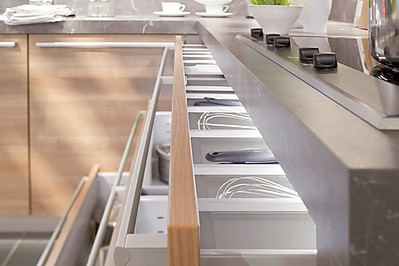Beleuchteter Schubkasten als Designelement in der Küche