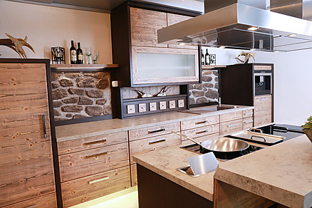 Holzküche mit Kochinsel von Erndl