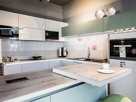 Modern geplante Küche mit Theke