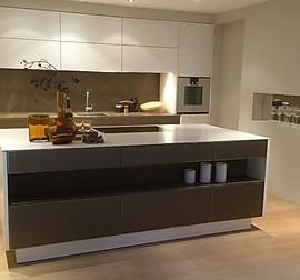 burger musterk che moderne designerk che mit hochglanzfront und silestone arbeitsplatte. Black Bedroom Furniture Sets. Home Design Ideas