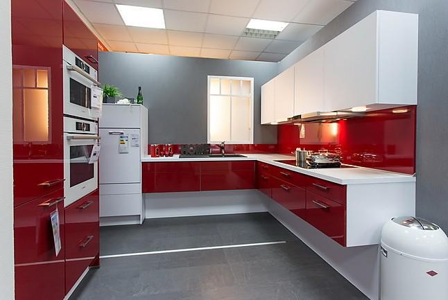 Nobilia 648 flash 501 rot hochglanz winkelküche in rot hochglanz mit sensoröffnung und vollflächeninduktionskochfeld