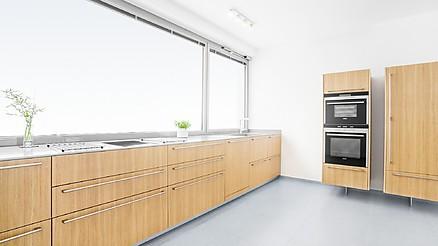 Küchenzeile und freistehende Hochschränke aus Eiche Furnier, Arbeitsplatte aus grauem Corian