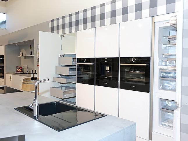 Schüller küchen weiß hochglanz  Schüller-Musterküche Überragend ausgestattete Luxus-Küche. Weiß ...