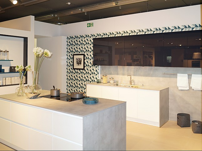 sch ller musterk che grifflose luxus k che mit mattierten glasfronten in kristallwei und. Black Bedroom Furniture Sets. Home Design Ideas