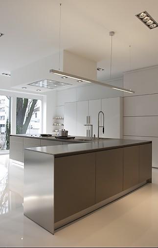 bulthaup musterk che kochinsel in laminat lehm hoschrankzeile b3s in mattlack kaolin. Black Bedroom Furniture Sets. Home Design Ideas